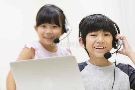 インカムを付けて微笑む男の子と女の子の写真素材 [FYI02969107]