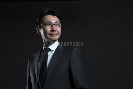 遠くを見つめるビジネス男性の写真素材 [FYI02969112]