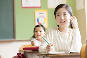教室で授業を受ける小学生の女の子の写真素材 [FYI02969115]