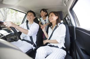 ドライブを楽しむ家族の写真素材 [FYI02969119]