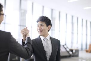 握手をするビジネス男性の写真素材 [FYI02969124]