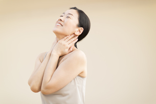 首をマッサージする女性の写真素材 [FYI02969126]
