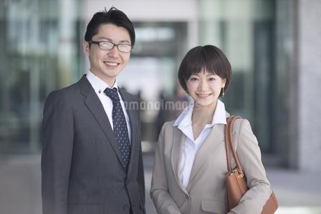 カメラ目線で立つビジネス男女の写真素材 [FYI02969127]