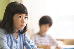 教室で授業を受ける小学生の女の子の写真素材 [FYI02969130]