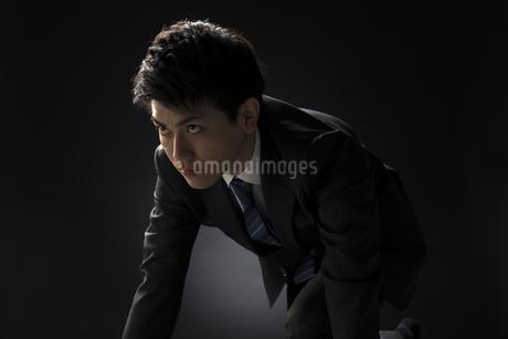 駆け出すポーズをとるビジネス男性の写真素材 [FYI02969131]