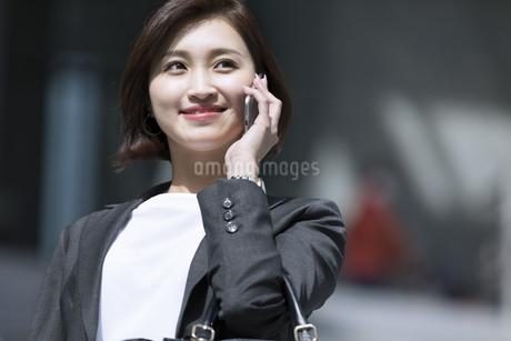 スマートフォンで通話するビジネス女性の写真素材 [FYI02969137]