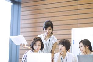 打ち合わせをする4人のビジネス女性の写真素材 [FYI02969140]