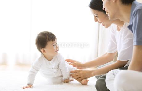 両親にあやされる赤ちゃんの写真素材 [FYI02969143]