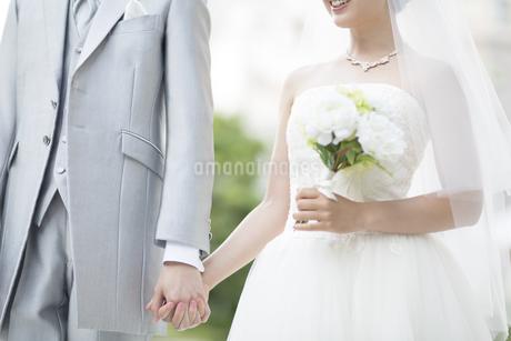 手を繋ぐ新郎新婦の写真素材 [FYI02969144]
