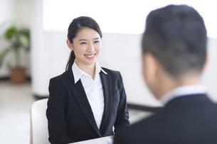 打ち合わせをするビジネス女性の写真素材 [FYI02969145]