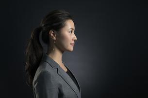 遠くを見つめるビジネス女性の横顔の写真素材 [FYI02969150]