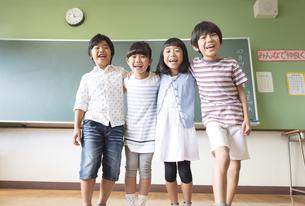 黒板の前に立って笑う子供たちの写真素材 [FYI02969151]