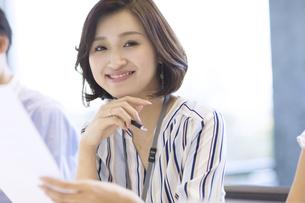 カメラ目線で笑顔のビジネス女性の写真素材 [FYI02969153]