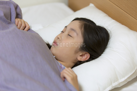 ベッドで眠る女の子の写真素材 [FYI02969154]