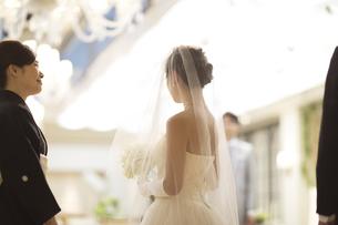 ウェディングドレス姿の新婦をみつめる母親の写真素材 [FYI02969157]