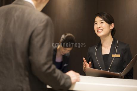接客するコンシェルジュの女性の写真素材 [FYI02969158]