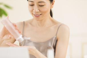 化粧水を手に取る女性の写真素材 [FYI02969162]