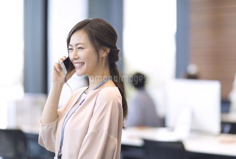 電話をするビジネス女性の写真素材 [FYI02969164]