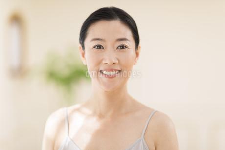 微笑む女性の写真素材 [FYI02969166]