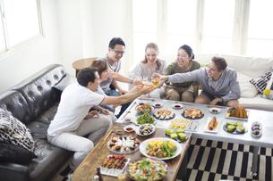 ホームパーティーで乾杯をする外国人と日本人の写真素材 [FYI02969174]