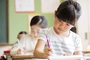 教室で授業を受ける小学生の女の子の写真素材 [FYI02969175]