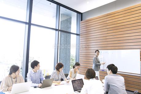会議中のビジネスマンの写真素材 [FYI02969177]