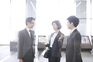 打ち合わせをする3人のビジネス男女の写真素材 [FYI02969180]