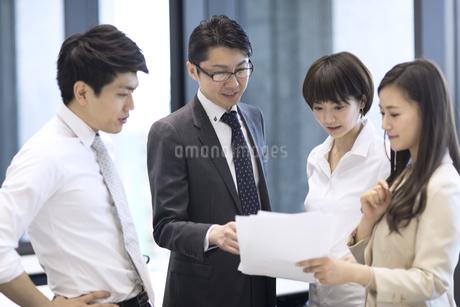 打ち合わせをする4人のビジネス男女の写真素材 [FYI02969183]