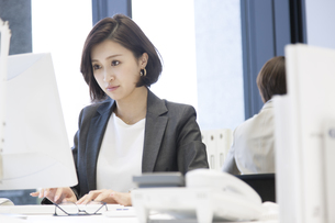 パソコンを操作するビジネス女性の写真素材 [FYI02969185]