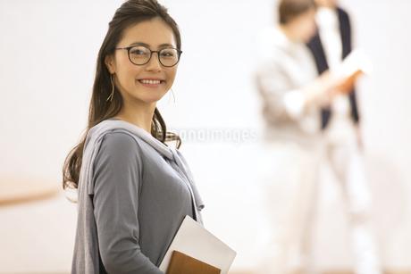 オフィスで振り返るビジネス女性の写真素材 [FYI02969196]