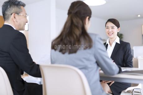 打ち合わせをするビジネス女性の写真素材 [FYI02969200]