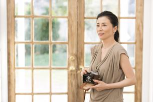 カメラを手に持つ女性の写真素材 [FYI02969201]