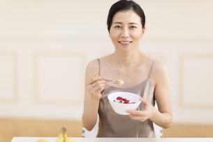 シリアルを食べる女性の写真素材 [FYI02969202]