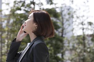 スマートフォンで通話するビジネス女性の写真素材 [FYI02969211]