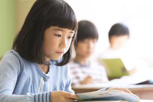 教室で授業を受ける小学生の女の子の写真素材 [FYI02969215]