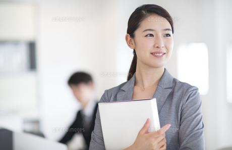 ファイルを持つビジネス女性の写真素材 [FYI02969218]