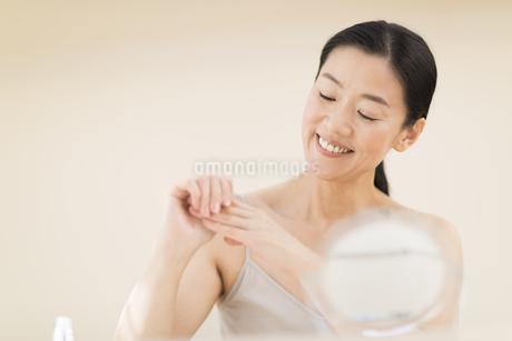 手をマッサージする女性の写真素材 [FYI02969219]