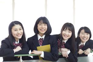 手すりに手を掛けカメラ目線の女子高校生たちの写真素材 [FYI02969221]