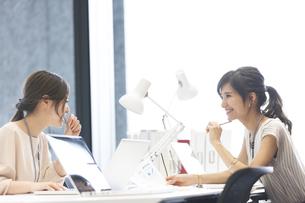 打ち合わせをする2人のビジネス女性の写真素材 [FYI02969223]