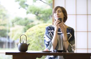 お茶を飲む外国人観光客の写真素材 [FYI02969229]