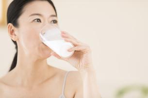 牛乳を飲む女性の写真素材 [FYI02969230]