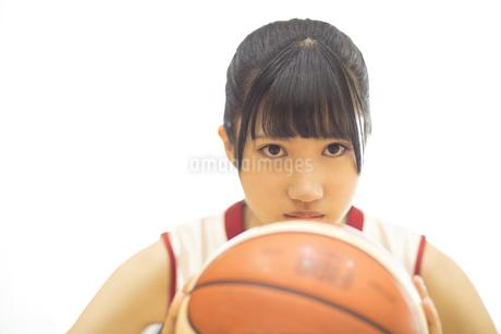バスケットボールをする女子学生の写真素材 [FYI02969231]