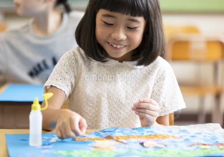 教室で貼り絵を楽しむ女の子の写真素材 [FYI02969232]