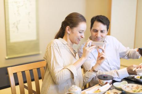 日本料理を撮影する外国人の男女の写真素材 [FYI02969234]