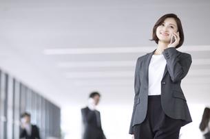 スマートフォンで通話するビジネス女性の写真素材 [FYI02969236]