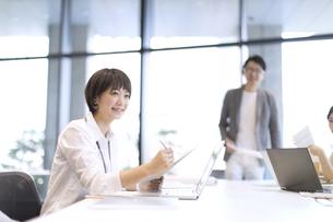 会議中のビジネス女性の写真素材 [FYI02969242]