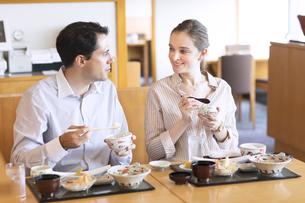日本料理を食べる外国人の男女の写真素材 [FYI02969247]