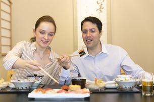 日本料理を食べる外国人の男女の写真素材 [FYI02969249]