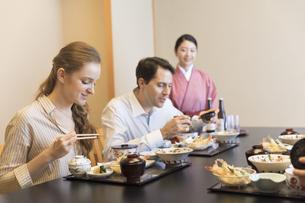 日本料理を食べる外国人の男女の写真素材 [FYI02969250]
