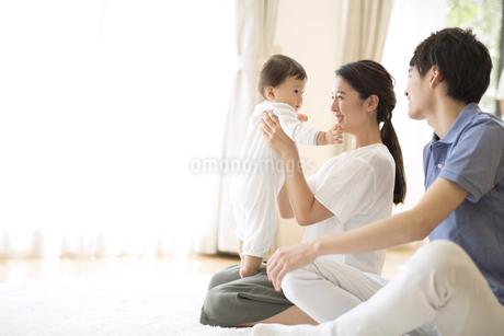 赤ちゃんを抱き上げる母親の写真素材 [FYI02969251]